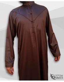 Qamis Emirati Tissu Precious Marron Chocolat Satiné Col Bahraini