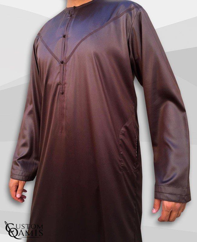 Qamis Emirati Tissu Precious Marron Sans Col