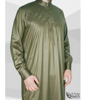 Qamis Emirati tissu Precious vert kaki satiné avec col et manchettes