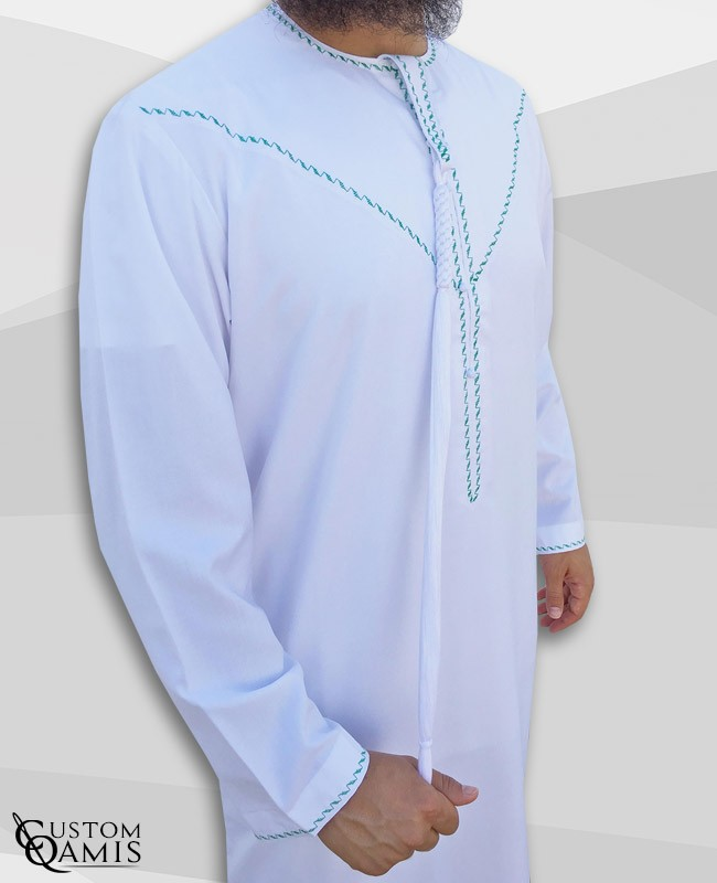 Qamis Emirati tissu Precious blanc satiné avec tarboucha détachable et broderie vert
