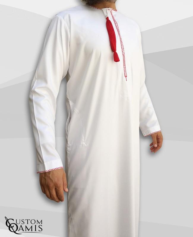 Qamis Omani tissu Platinium blanc avec broderie rouge