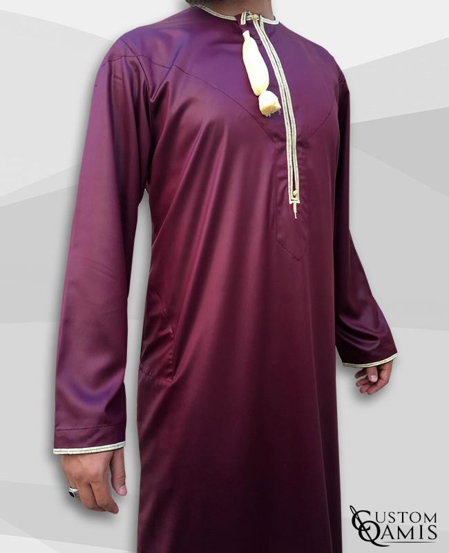 Qamis Omani tissu Precious bordeaux avec broderie jaune clair