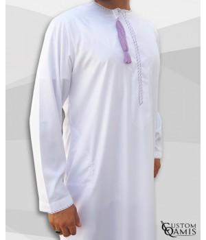 Qamis Omani tissu Precious blanc avec broderie violet clair