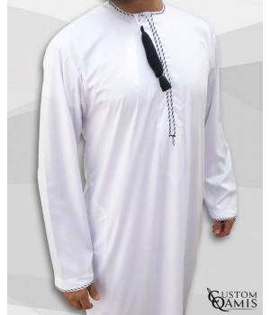 Qamis Omani tissu Precious blanc avec broderie noir