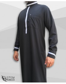 Qamis Trend tissu Platinium noir et bandes blanches avec manchettes