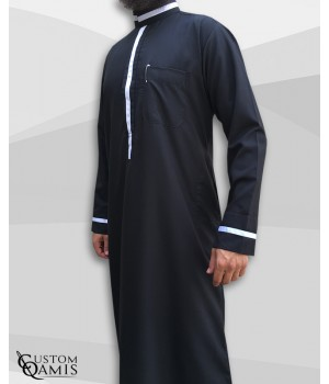 Qamis Trend tissu Platinium noir et bandes blanches col saoudi
