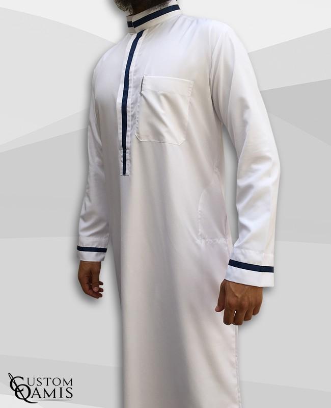 Qamis Trend tissu Platinium blanc et bandes bleues marine col saoudi