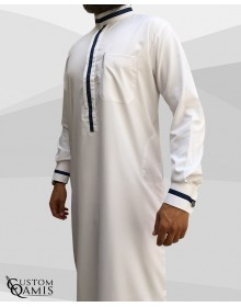 Qamis Trend tissu Platinium blanc et bandes bleues marine col saoudi avec manchettes