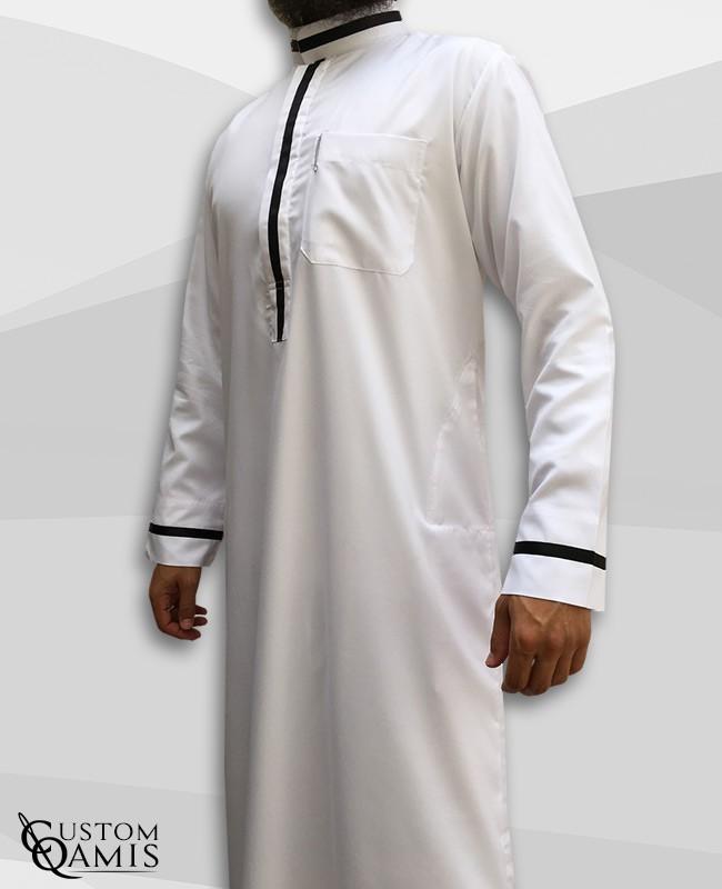 Qamis Trend tissu Platinium blanc et bandes noires col saoudi