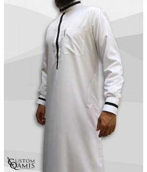 Qamis Trend tissu Platinium blanc et bandes noires col saoudi avec manchettes