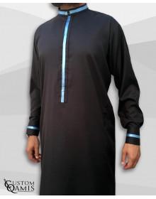 Qamis Trend tissu Platinium noir et bandes bleues ciel col koweiti avec manchettes