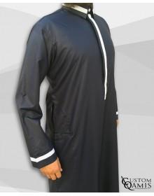 Qamis Trend tissu Precious noir satiné et bandes blanches avec col Cutaway