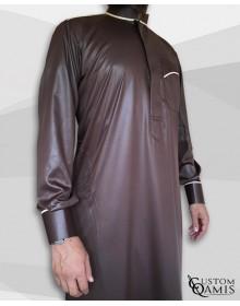 Qamis Trim tissu Precious marron chocolat et blanc satiné col Abadi