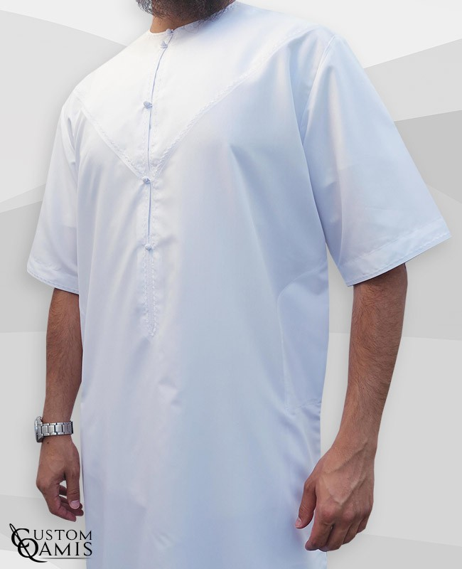 Qamis Emirati manches courtes tissu Platinium blanc avec broderies