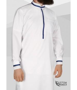 Qamis Trend tissu Platinium blanc et bandes bleues marine col mao avec manchettes