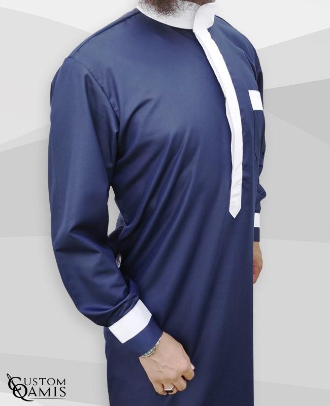 Qamis Two Tone tissu Platinium bleu marine et blanc col Saoudi avec manchettes