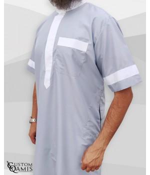 Qamis Two Tone tissu Platinium Gris clair et blanc col Saoudi Manches courtes
