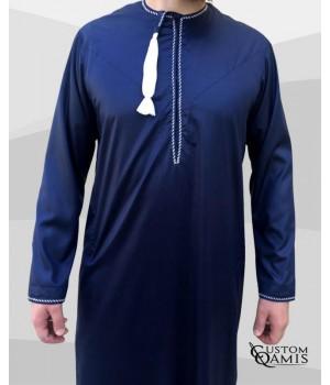 Qamis Omani tissu Precious bleu marine avec broderie blanche