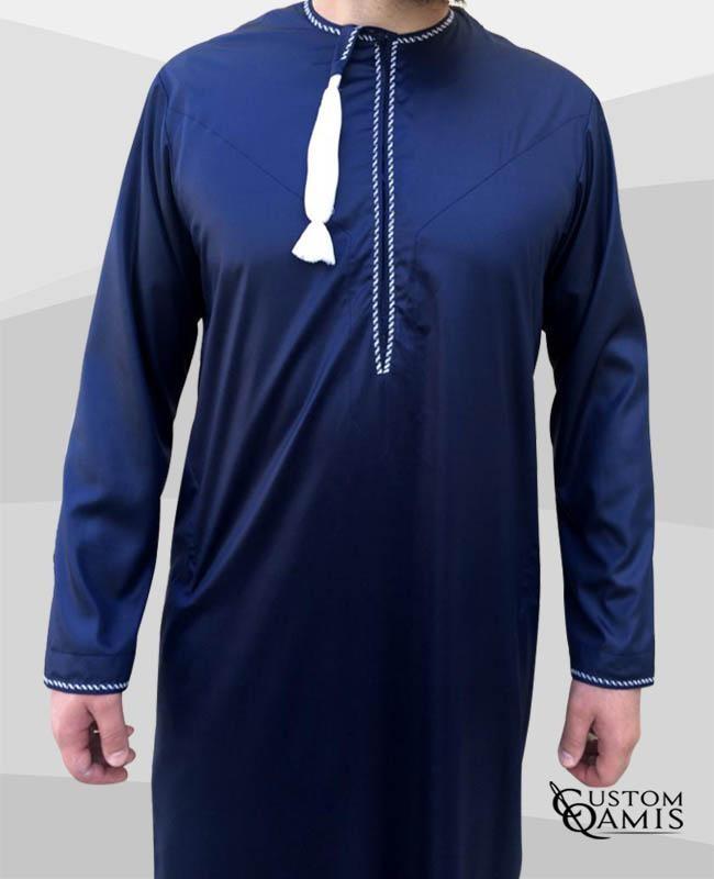 Qamis Omani tissu Precious bleu marine mat avec broderie blanche