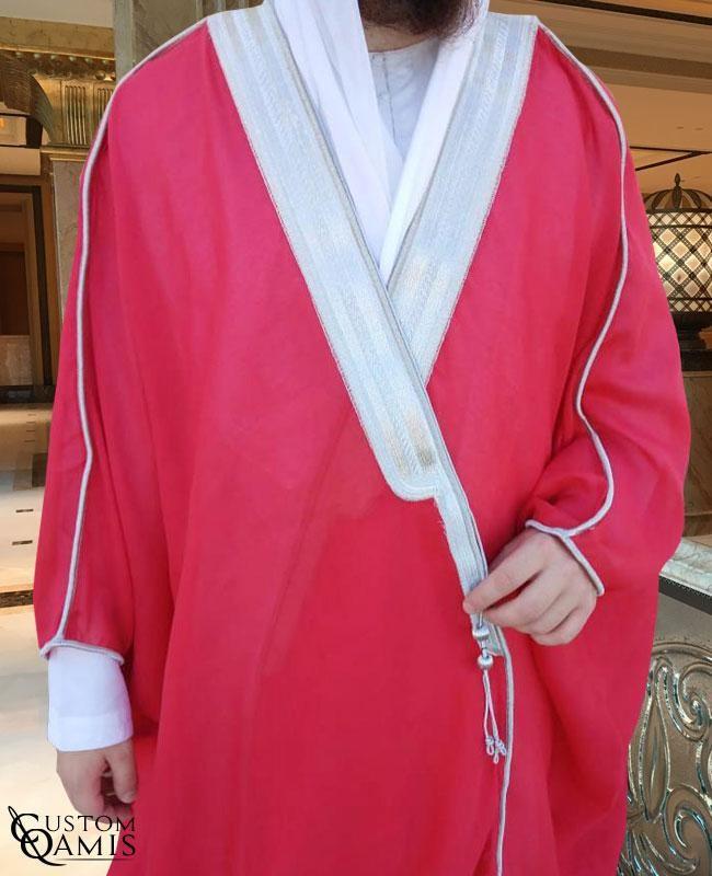 Bisht sur-mesure rouge avec bordures argentées
